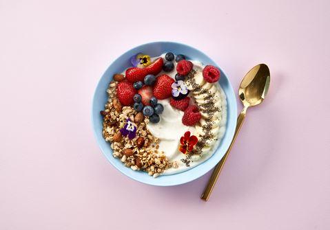 Skyr bowl med granola, chiafrø og banan