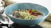 Asiatisk suppe med grønt og kødboller