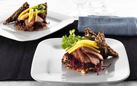 Rugbrødssandwich med råstegt rødkål og andebryst