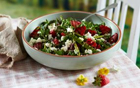 Salat med grillede grønne asparges og jordbær