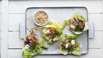 Salat-taco med krydret kylling og kokosdressing