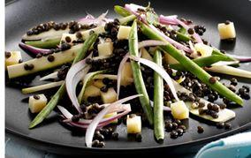 Salat med marinerede linser og ost