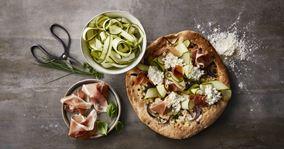 Pizza med hytteost, parmaskinke og basilikum