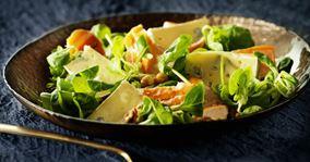 Salat med røget laks og valnødder