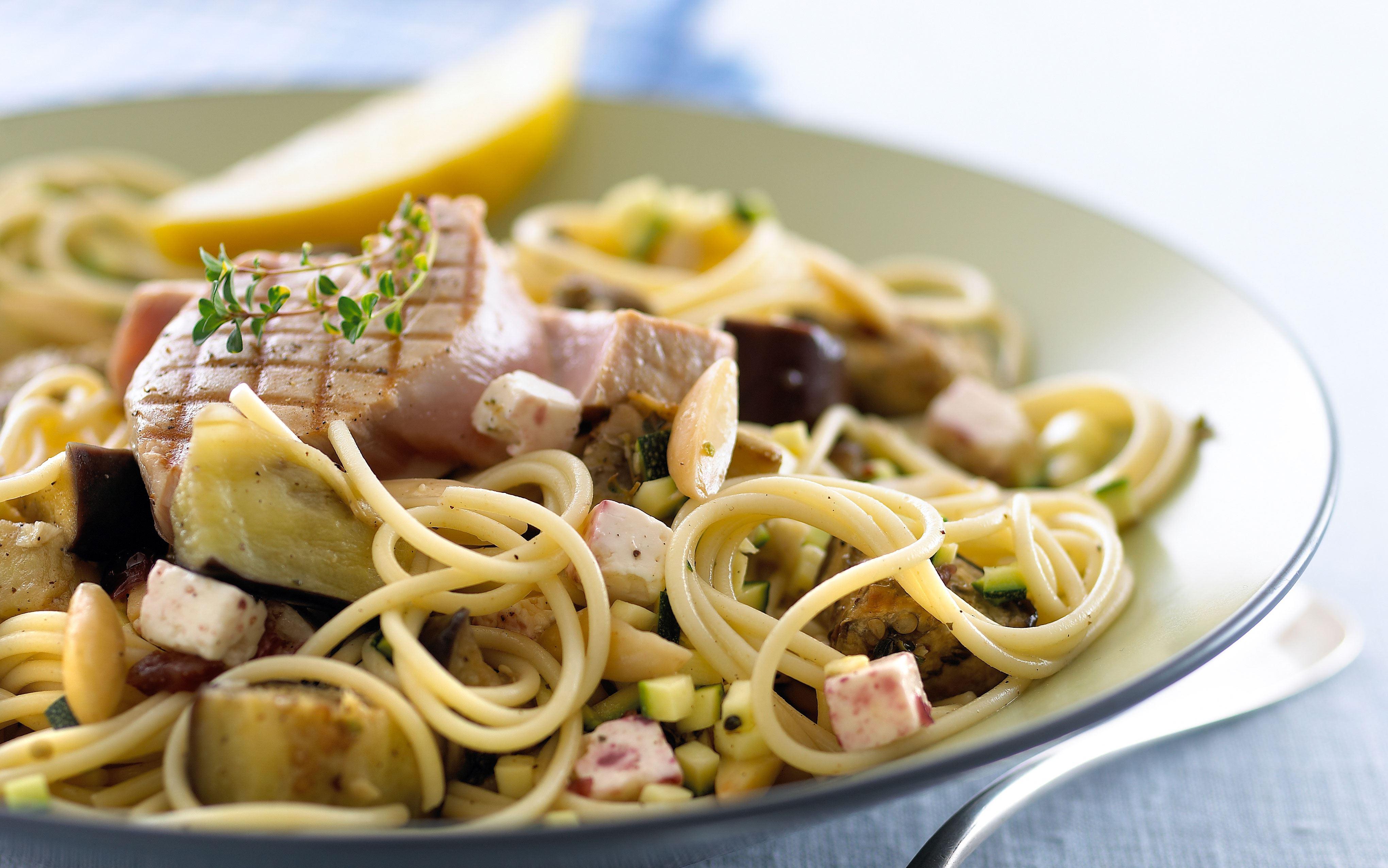 Pasta med grøntsager og grillet tun