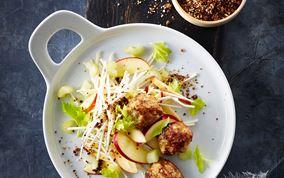 Æble-sellerisalat med kyllingekødboller og rug-dukkah