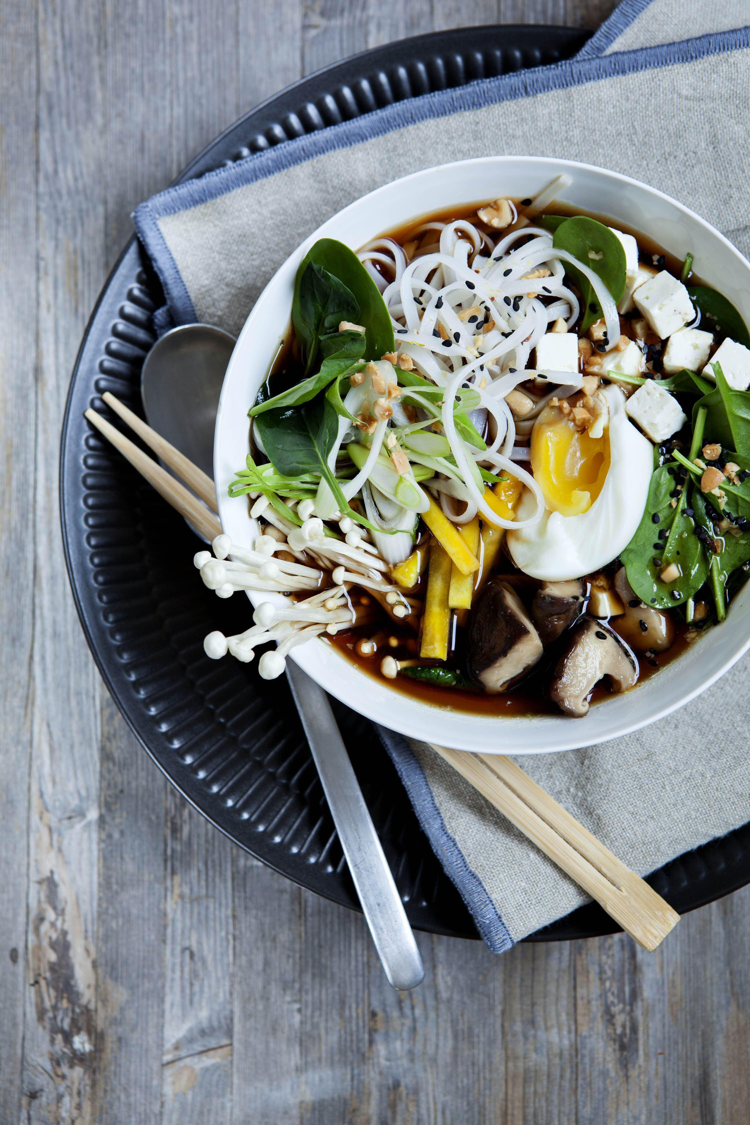 Ramen suppe med svampe, nudler og æg