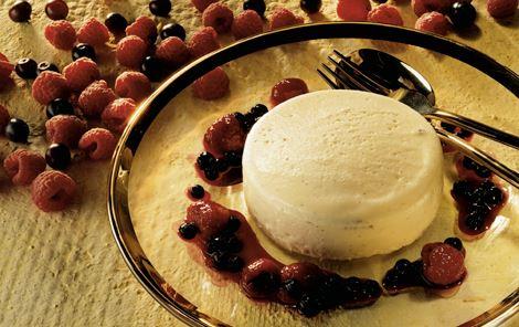 Vaniljefromage og lun frugtsauce