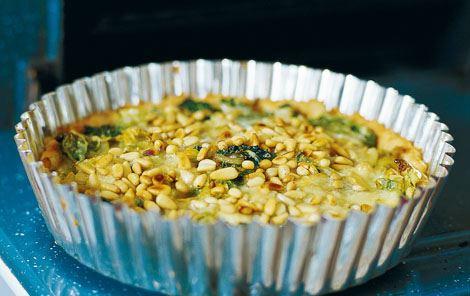 Savojkålstærte med ost og ristede pinjekerner