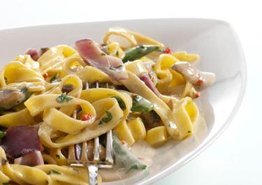 Pasta med svampesauce og ærter