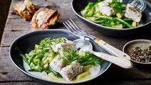 Grøntsagsfrikassé med fisk og syrlig fløde