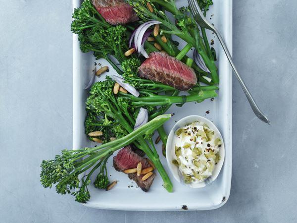 Rustik bøfsalat med aspargesbroccoli