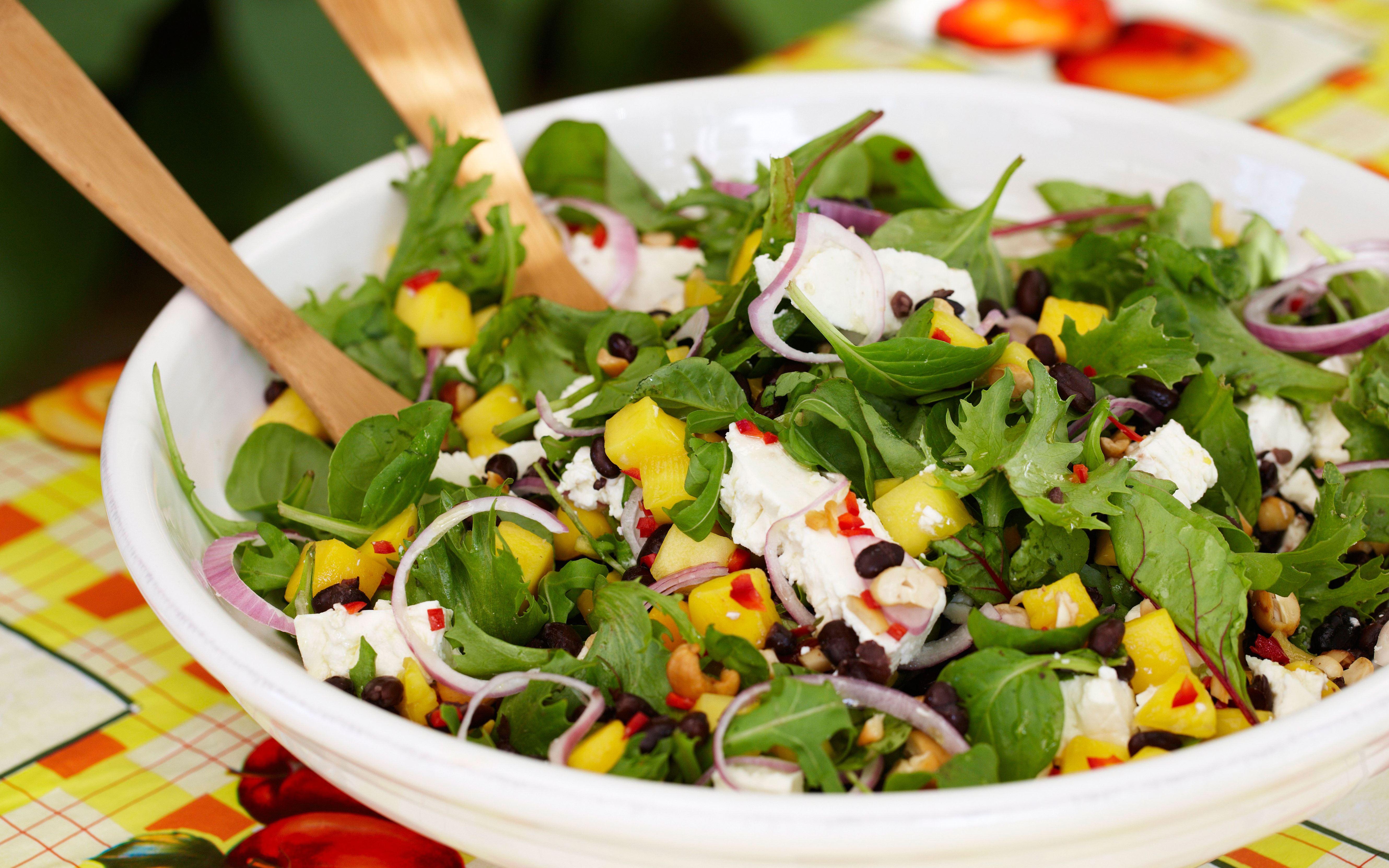Bønnesalat med mango, nødder og salatost