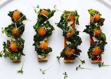 Smørstegt brød med grønkålschips og rogn