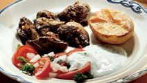 Stegt kyllingelever med tomatsalat