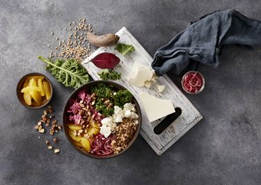 Bowl med grønkål, rødbedecreme og salatost