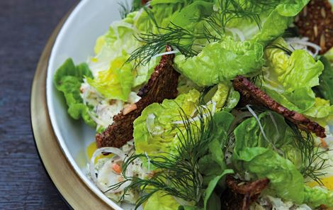 Salat med bagt torsk, rodfrugter, urter og ristet rug