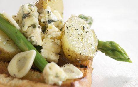 Foliepakker med kartofler, blåskimmelost og grønne asparges