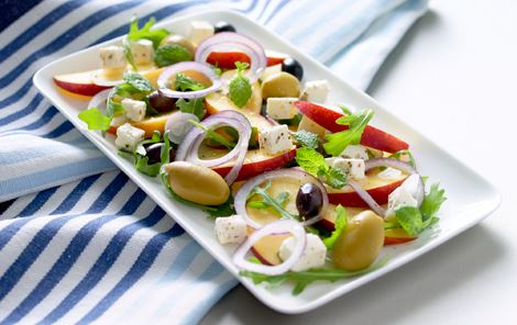 Nektarinsalat med sorte og grønne oliven