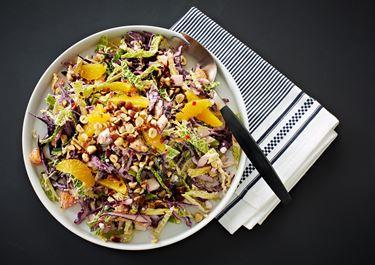 Sprød kålsalat med chili, hytteost og appelsiner