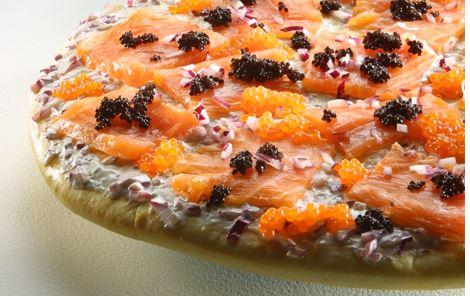 Hvid pizza med røget laks og stenbiderrogn