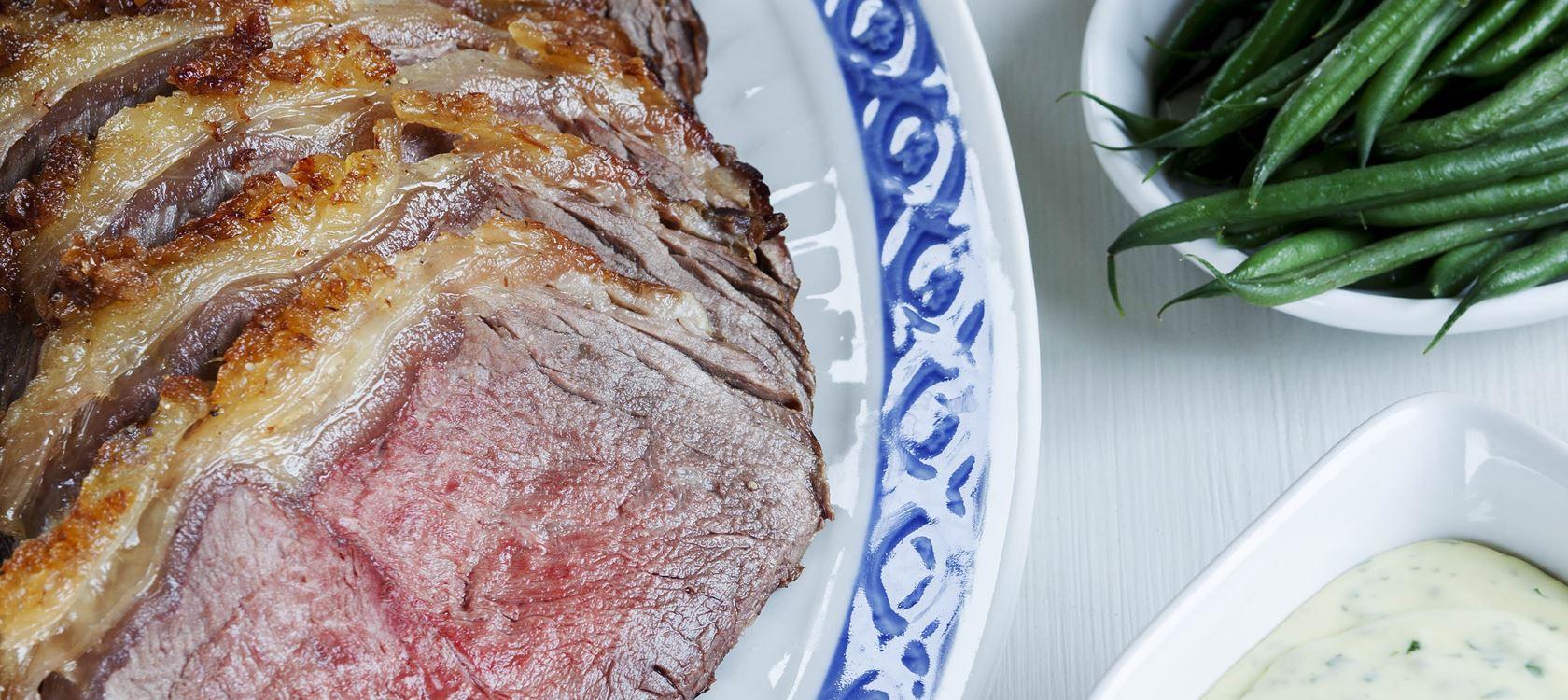 Helstegt oksefilet med ristede kartofler og kold bearnaise