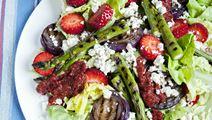 Salat med jordbær og grillede grøntsager