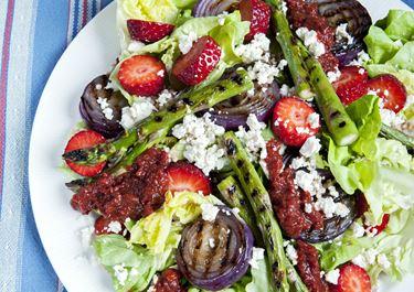 Jordbærsalat og grillede grøntsager