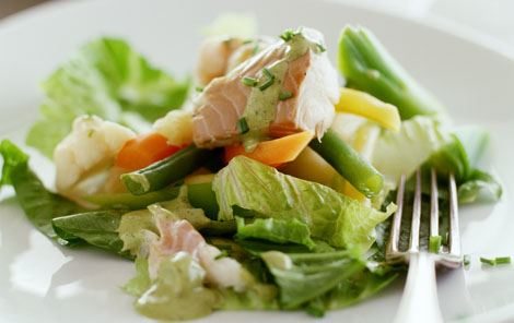 Salat med fisk og grøntsager i grøn sauce