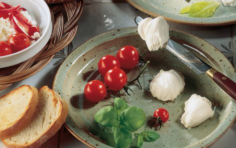 Hvidløgsbrød med flødeost og cherrytomater
