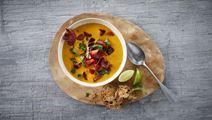 Græskarsuppe med stegte rodfrugter og sprød serrano skinke