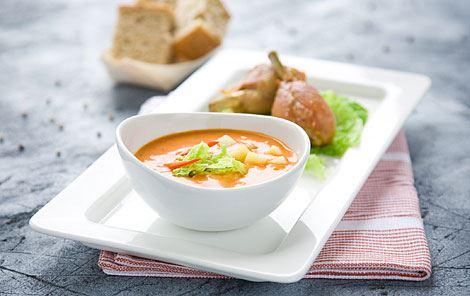 Fyldig tomatsuppe med kartofler, savojkål og stegte kyllingelår