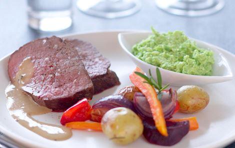 Oksefilet med ovnbagte grøntsager og bønnepesto
