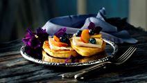 Tykke pandekager med blåbær og ost