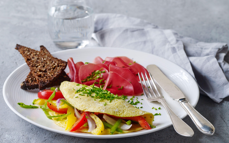 Omelet med friske grøntsager