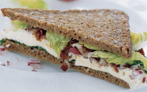 Sandwich med rugbrød og hvidskimmelost