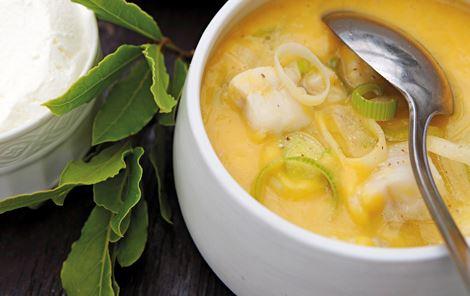 Græskar-linsesuppe med yoghurt og fisk
