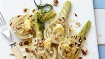 Grillet fennikel med smør, revet ost og ristede nødder