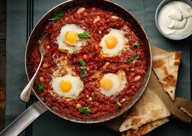 Æg i tomatsauce med hvide bønner