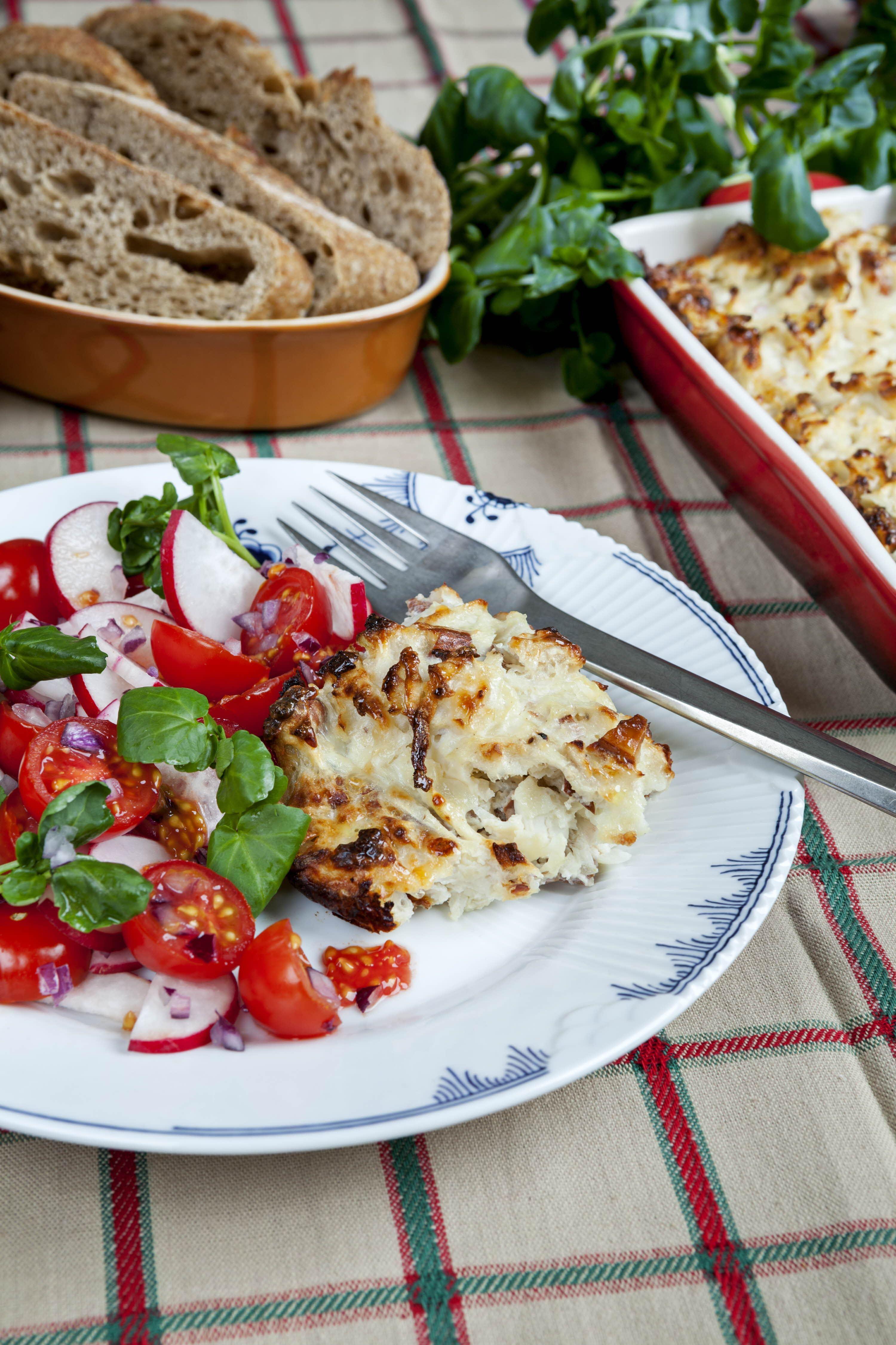 Hytteostpostej og tomatsalat med radiser