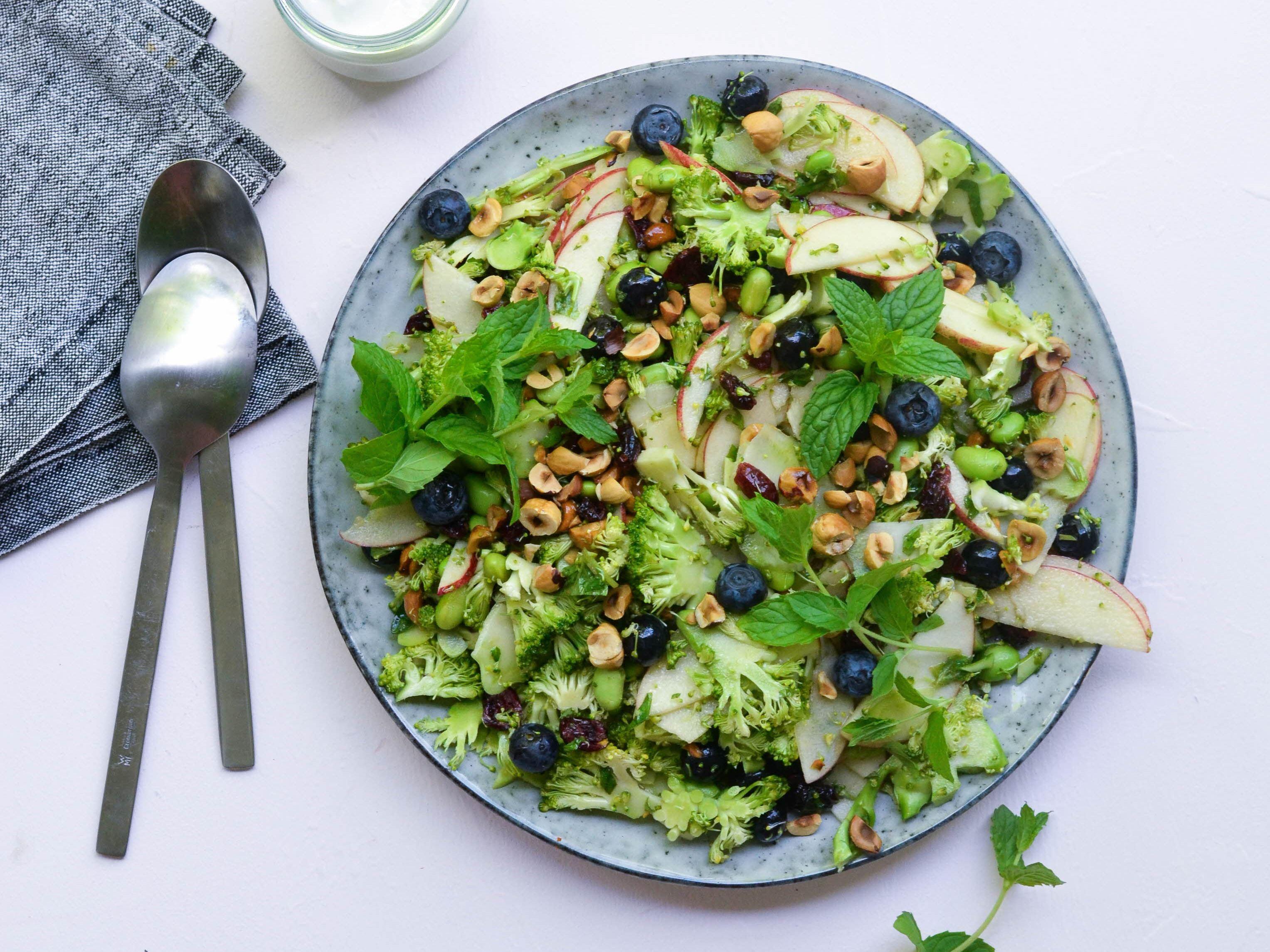 Broccolisalat med blåbær og mynte