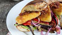 Halloumi burger med grillet aubergine og chili-tomatpesto