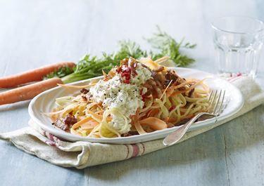 Grøntsagsspaghetti med bacon og hytteost