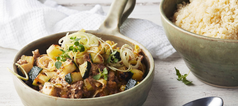 Kødsovs med squash, porrer og grillede peberfrugter