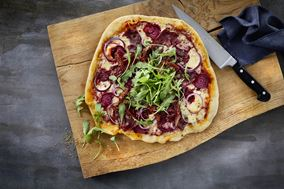 Pizza med bresaola og rødbeder
