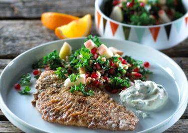 Fiskefilet med kulørt salat og persilledressing