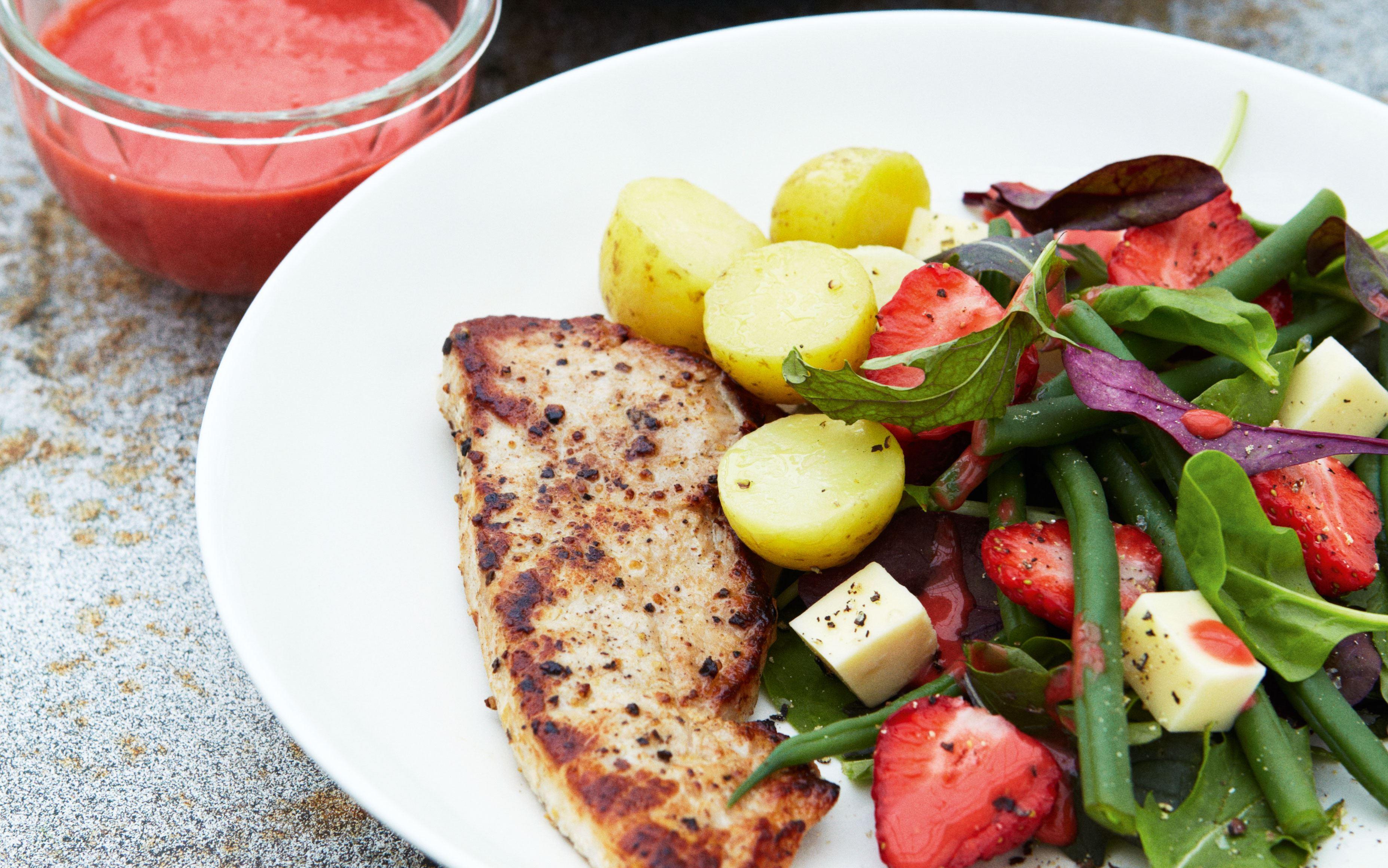 Jordbærsalat med bønner og ost