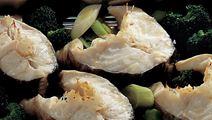 Ovnstegt torsk med ris, grøntsager og picklessauce