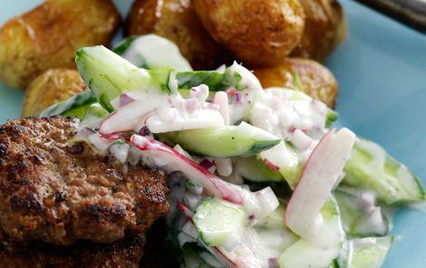 Krydrede lammehakkebøffer med agurkesalat og kartofler