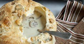 Svampesuppe med butterdejslåg